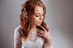 Portret van een charmante roodharige bruid, Studio, close-up Huwelijkskapsel en make-up royalty-vrije stock fotografie