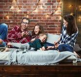 Portret van een cheerrful familie die in modieuze binnenlands ontspannen stock afbeeldingen