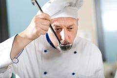 Portret van een Chef-kok in zijn Keuken Royalty-vrije Stock Foto