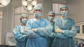 Portret van een chirurgenteam na een succesvolle verrichting stock afbeeldingen