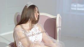 Portret van een close-up van het meisjesgezicht het meisje stelt voor de fotograaf stock video