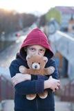 Portret van een dakloze jongen met beer Royalty-vrije Stock Foto