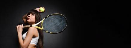 Portret van een van de de spelerholding van het meisjestennis het tennisracket Het schot van de studio royalty-vrije stock foto