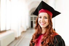 Portret van een diploma behalend studentenmeisje van de universiteit royalty-vrije stock foto