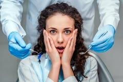 Portret van een doen schrikken vrouw tijdens tandonderzoek royalty-vrije stock afbeeldingen