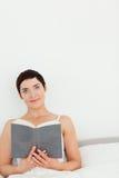 Portret van een donkerbruine holding een boek Royalty-vrije Stock Foto