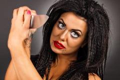 Portret van een donkerbruine jonge vrouw met creatieve samenstellingsholding Stock Fotografie