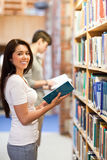Portret van een donkerbruine student die een boek houdt Royalty-vrije Stock Afbeeldingen