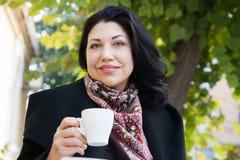 Portret van een donkerbruine vrouw in de herfst Stock Fotografie
