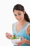 Portret van een donkerbruine vrouw die een salade eet Royalty-vrije Stock Fotografie