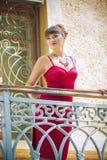 Portret van een donkerbruine vrouw met heldere make-up stock afbeelding