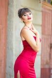Portret van een donkerbruine vrouw met heldere make-up royalty-vrije stock foto's