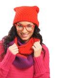 Portret van een donkerbruine vrouw in warme rode kleren Stock Afbeelding