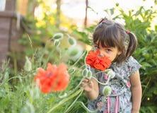 Portret van een drie éénjarigenmeisje openlucht in tuin Stock Afbeeldingen