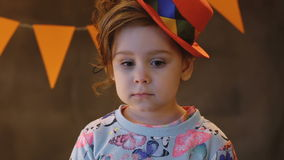 Portret van een droevig krullend meisje stock video
