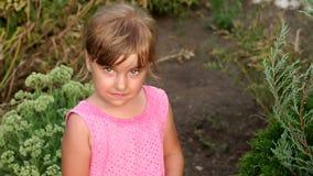 Portret van een droevig schreeuwend meisje in het Park stock videobeelden