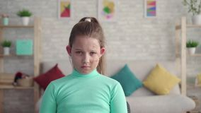 Portret van een droevig, vermoeid meisje met een tekort of een gebrand gezicht stock footage