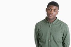 Portret van een droevige Afrikaanse Amerikaanse mens over grijze achtergrond Stock Foto's
