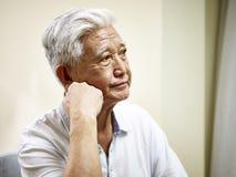 Portret van een droevige hogere Aziatische mens Royalty-vrije Stock Afbeeldingen