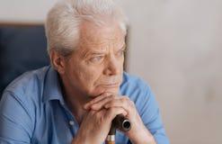 Portret van een droevige hogere mens die over zijn verleden denken Stock Foto's