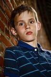 Portret van een droevige jonge jongen Stock Foto's