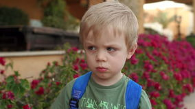 Portret van een droevige kleine jongen, langzame motie stock footage