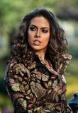 Portret van een elegant meisje gekleed in de herfstkleuren royalty-vrije stock foto