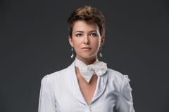 Portret van een elegante jonge arts in een wit Stock Foto