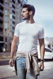 Portret van een elegante mens in van de binnenstad Stock Fotografie
