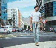 Portret van een elegante mens die in van de binnenstad lopen Stock Afbeeldingen