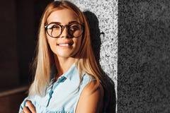 Portret van een emotioneel meisje met glazen, een student in het Pari stock foto's