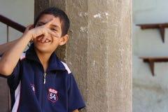 Portret van een en jongen die, straatachtergrond in giza, Egypte spelen lachen Stock Foto's