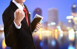 Portret van een energieke jonge bedrijfsmens die van succes genieten royalty-vrije stock afbeelding