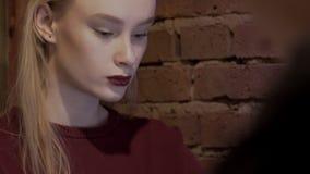 Portret van een ernstig aantrekkelijk blonde voor een close-upmonitor stock video