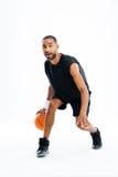 Portret van een ernstige Afrikaanse sportenmens die in basketbal spelen Royalty-vrije Stock Fotografie