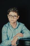 portret van een ernstige jonge mens met glazen stock afbeelding