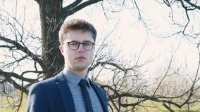 Portret van een ernstige jonge zakenman stock videobeelden