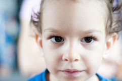 Portret van een ernstige kleine jongen Stock Foto's