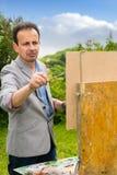 Portret van een ernstige mannelijke kunstenaar in het proces in openlucht Royalty-vrije Stock Foto