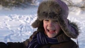Portret van een Europese jongen die bij de camera glimlachen Emotioneel jongen die bij de camera lachen Mooi portret van een jong stock videobeelden