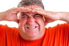 Portret van een expressieve mens die aan een strenge hoofdpijn lijden Stock Afbeeldingen