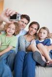 Portret van een familie die een foto van zich neemt Royalty-vrije Stock Fotografie