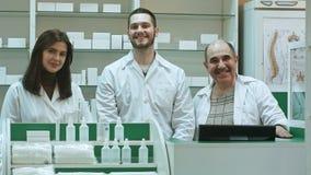 Portret van een farmaceutisch team die en camera glimlachen bekijken royalty-vrije stock foto's