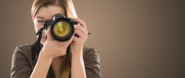 Portret van een fotograaf die haar gezicht behandelen met camera royalty-vrije stock afbeeldingen