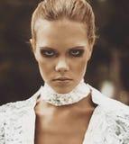 Portret van een futuristisch model van een meisje met rokerige ogen Royalty-vrije Stock Foto's