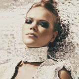 Portret van een futuristisch model van een meisje met rokerige ogen openlucht Royalty-vrije Stock Foto