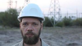 Portret van een gebaarde mens in een witte helm stock video