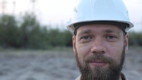 Portret van een gebaarde mens in een witte helm stock videobeelden