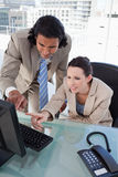 Portret van een geconcentreerd commercieel team Stock Foto