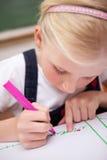 Portret van een geconcentreerde meisjestekening Royalty-vrije Stock Afbeeldingen